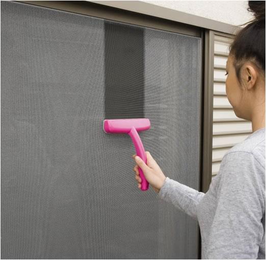 大変な網戸掃除が楽チンにできるお掃除術と便利グッズをご紹介!のサムネイル画像