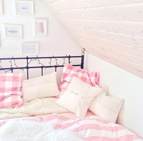 1日の終わりはお気に入りの場所で…可愛いベッドで眠りに付こう!のサムネイル画像