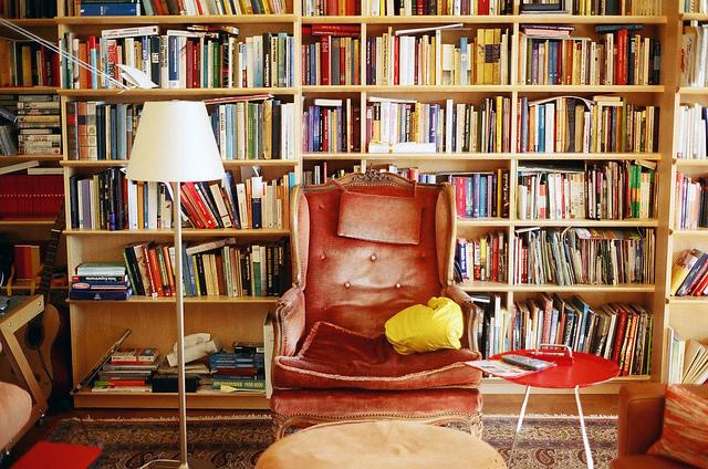 【読書の秋】一人暮らしでも邪魔にならないおしゃれな本棚活用術のサムネイル画像