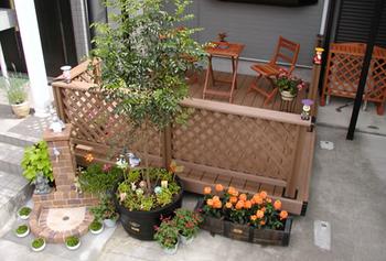 フェンスを設置してウッドデッキをもっと居心地のいい空間に。のサムネイル画像