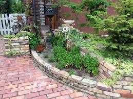 【アンティークレンガで造る花壇】素朴な風合いのレンガが大集合!のサムネイル画像