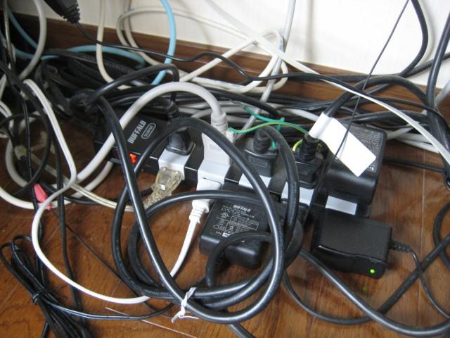 【3つのポイントが鍵】ケーブルをすっきりまとめる整理術!のサムネイル画像