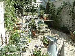 ガーデングッズにアンティーク調のものを取り入れてオシャレな庭に!のサムネイル画像