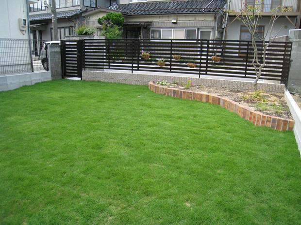 芝生の庭に憧れるけど、自分でもできるの?業者に依頼すると高い?のサムネイル画像