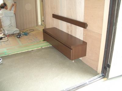 靴を履く時にも便利!玄関におしゃれなベンチを置いてみませんか?のサムネイル画像