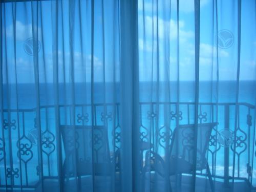 青いカーテンで知性を引き出す!落ち着きのある大人女性になれる色のサムネイル画像