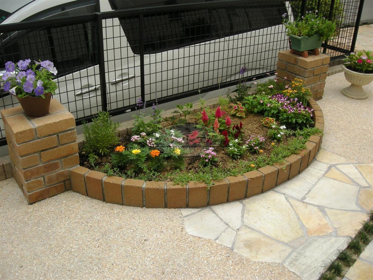 自宅のお庭をステキな花壇に!初心者でも新しく花壇を作れる?のサムネイル画像