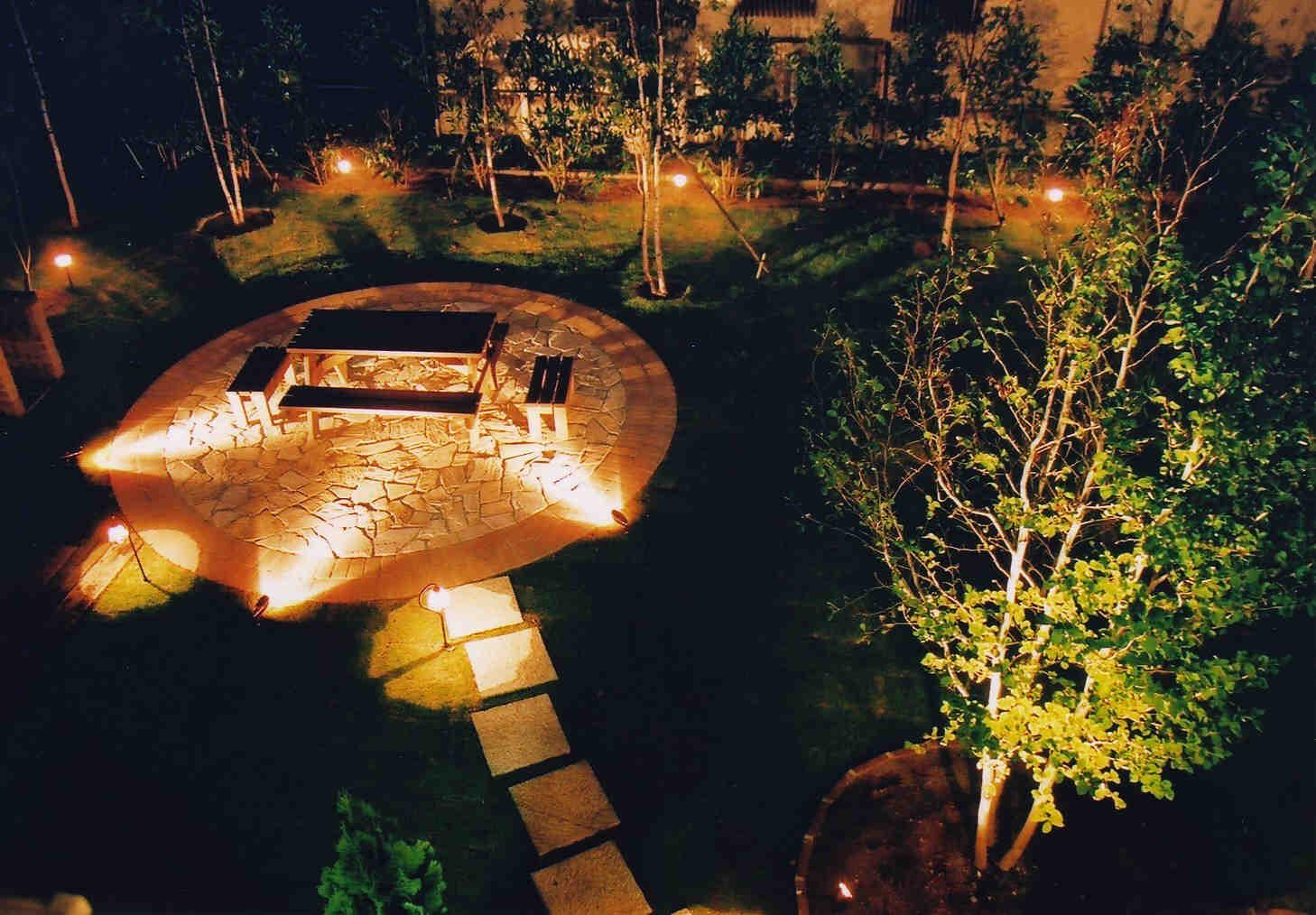 ガーデニングに照明は庭を美しく演出する効果大。選ぶならこんな照明のサムネイル画像