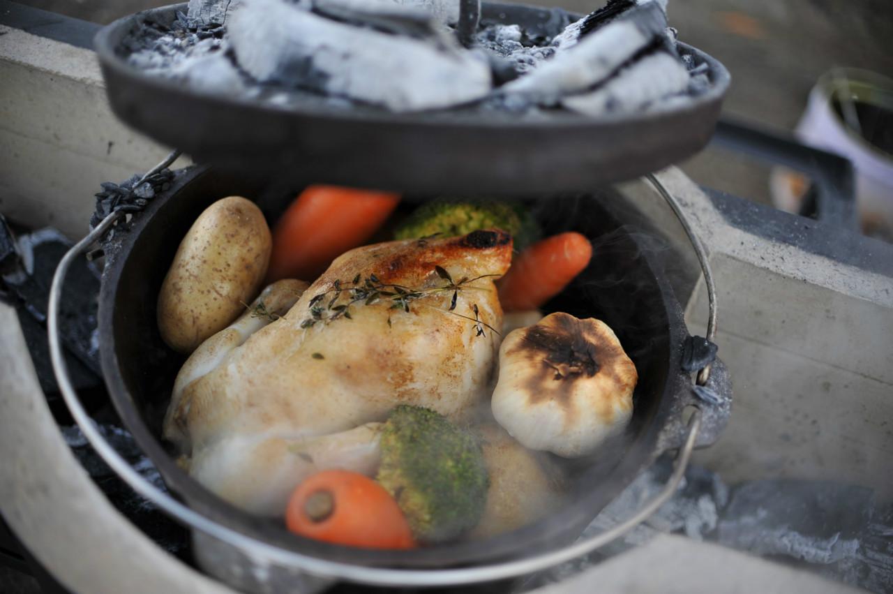 アウトドアだけじゃない?料理が楽しくなるダッチオーブンの使い方のサムネイル画像