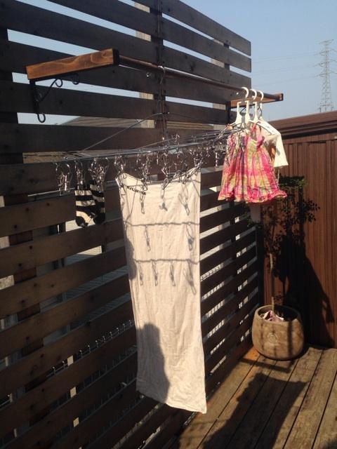 ウッドデッキに物干しがあれば、毎日のお洗濯が楽しくなりますね!のサムネイル画像