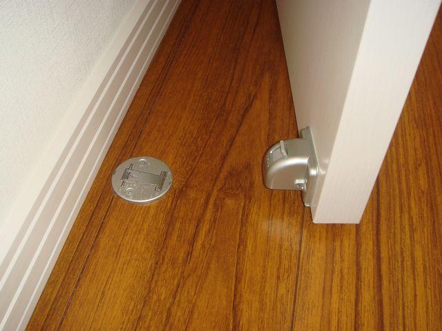 ドアストッパーが、必要なときがあります。マグネット式が簡単です!のサムネイル画像