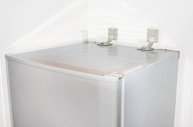 冷蔵庫の転倒防止用具があります。防災の備えを怠らないように!のサムネイル画像