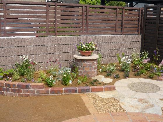 レンガがあればいろいろできる!画像で見る、お庭造りの様子のサムネイル画像