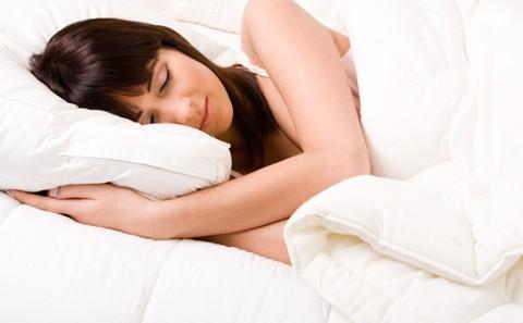 もう重い布団なんてうんざり!軽くて暖かいおすすめ羽毛布団3選のサムネイル画像