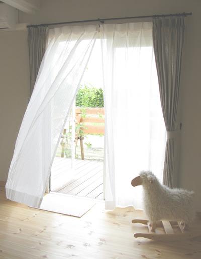 リネンの、カーテンは、自然な風合いが見た目にも美しいものです!のサムネイル画像