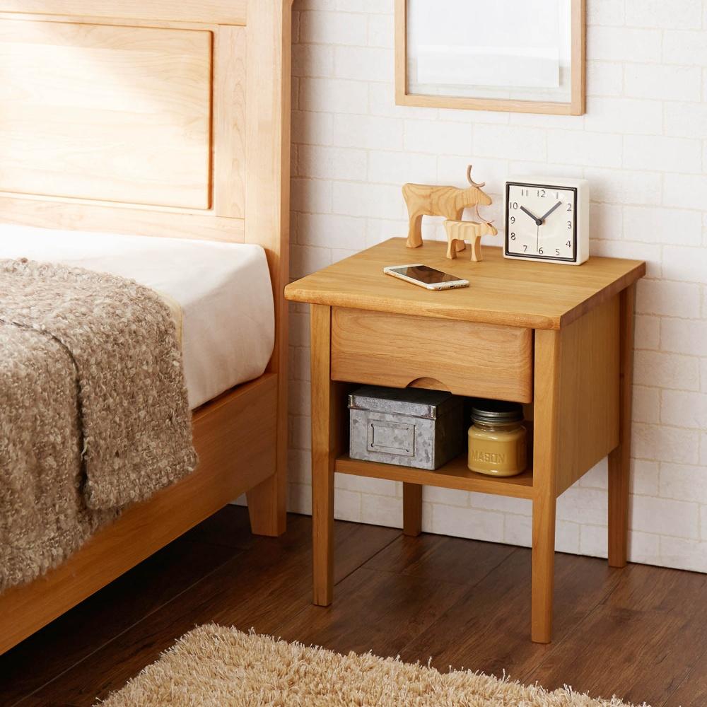 ベッド周りの必需品をすっきり!!おしゃれなベッドサイドテーブル♪のサムネイル画像