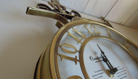 ゴールドの時計を飾って運気アップ&簡単におしゃれな部屋にのサムネイル画像
