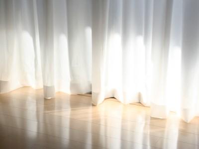 湿気の季節は要注意!?カーテンについたカビの取り方&予防法のサムネイル画像