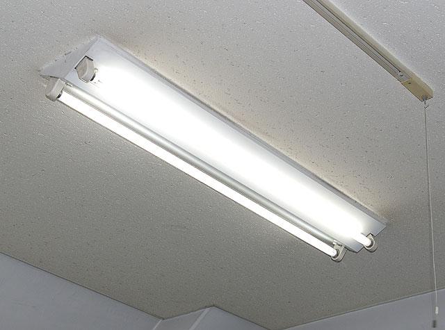 【少しの工夫で簡単に解決】蛍光灯がつかない原因とその対策方法のサムネイル画像