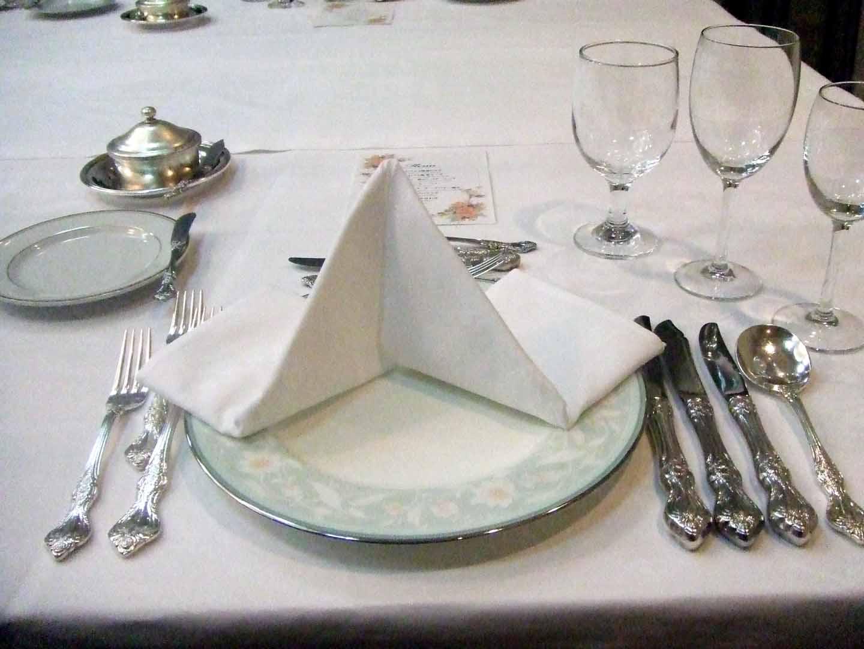 知っていると慌てないですむテーブルナプキンのスマートな使い方のサムネイル画像