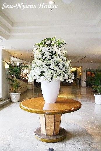 お部屋にアクセントを。大きい花瓶や器に綺麗な花を飾りませんか?のサムネイル画像