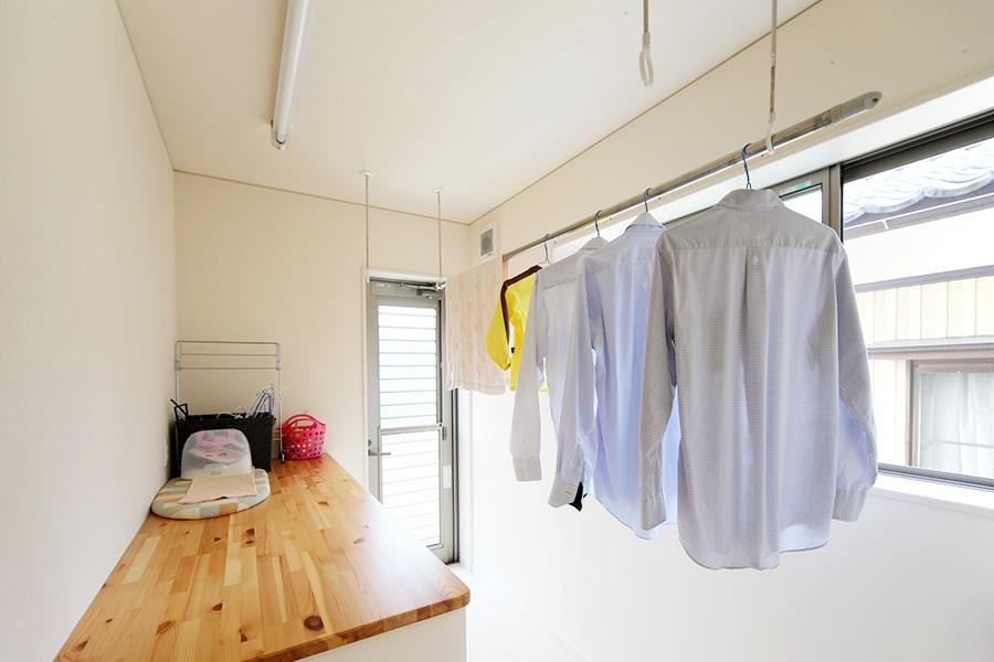 ジメジメ季節もカラッと乾した〜い!便利な室内用物干し14選のサムネイル画像