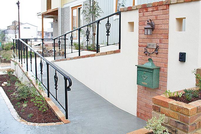 車椅子だけじゃない、玄関スロープが本当に便利な理由とデザイン例のサムネイル画像
