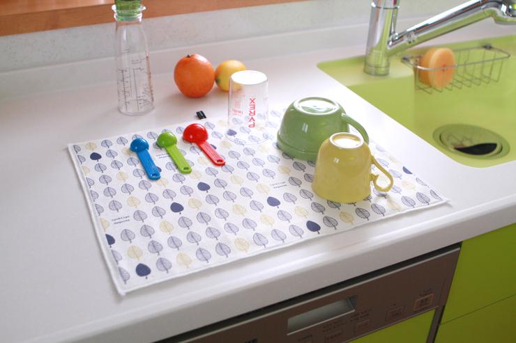 広げて置くだけ!食器の水切りマットは手軽に使えてとっても便利!のサムネイル画像