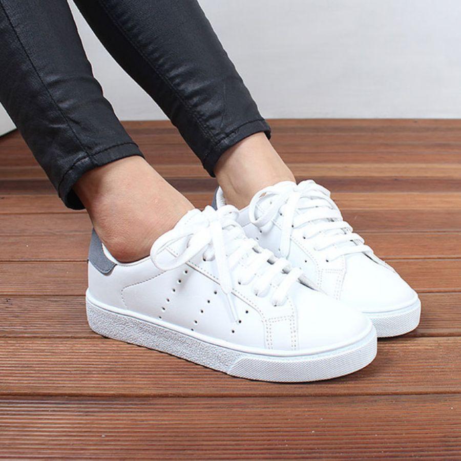 靴の匂いの原因とは?自宅でも簡単にできる匂い予防と対策法のサムネイル画像