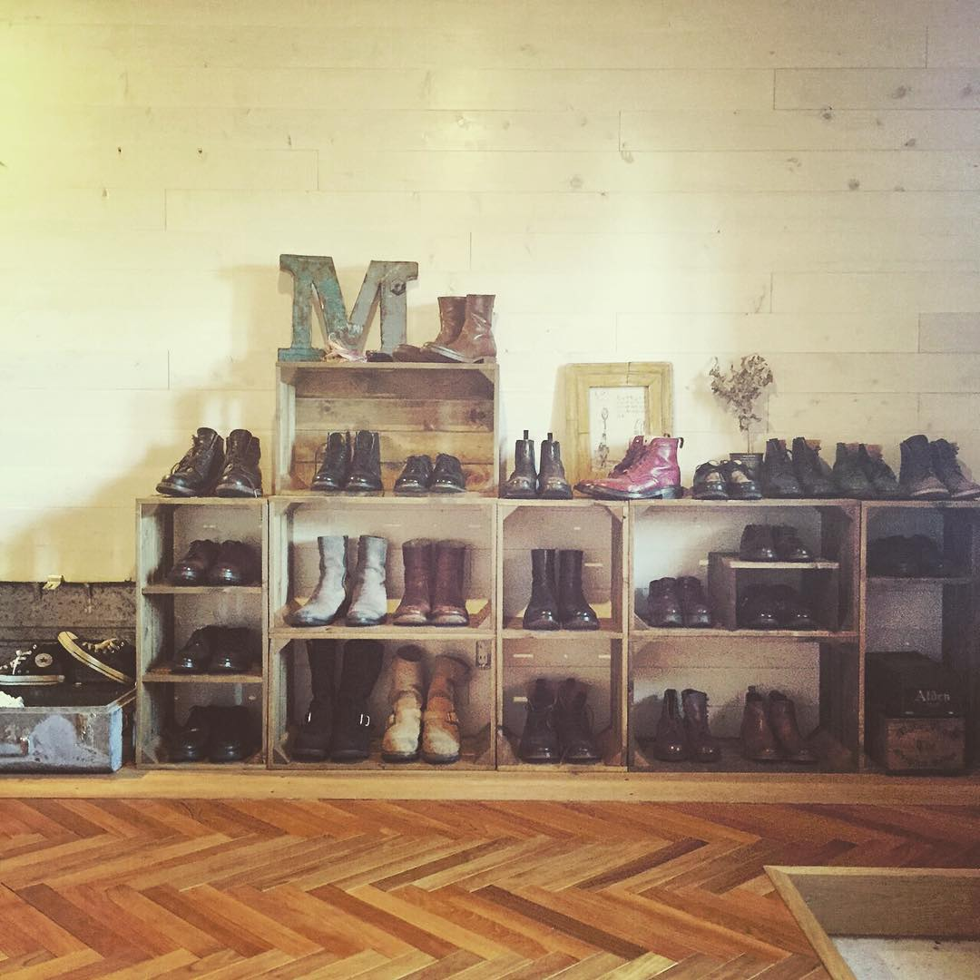 狭い玄関でも省スペース!見せる靴収納はシューズラックが優秀のサムネイル画像