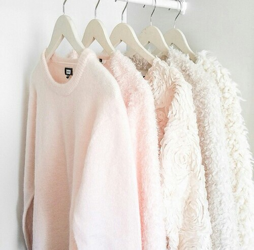 セーターの上手な収納法!しわを防ぐ、厚みを抑えるたたみ方ご紹介のサムネイル画像