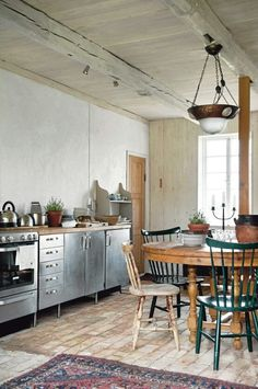 四角いテーブルはもう古い!?丸いダイニングテーブルのある生活!のサムネイル画像
