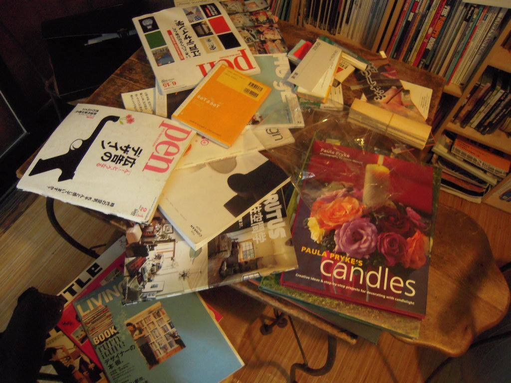 かさばり続ける雑誌の山!みんなは収納、どうしてるの…!?のサムネイル画像