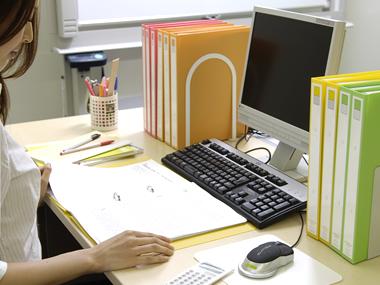 デスク周りを整頓して効率UP!デスク周りのアイテム収納術の紹介のサムネイル画像