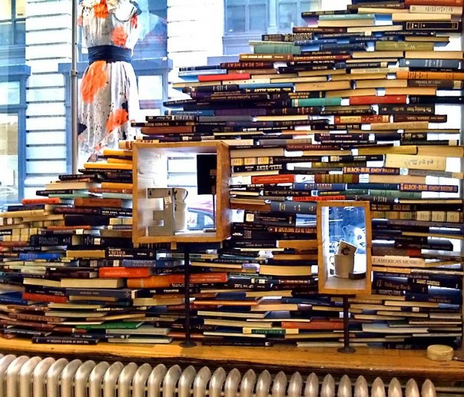 気づいたら山積みに…そんな文庫本の本棚を使わない収納テクニック!のサムネイル画像