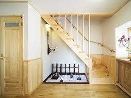 玄関からまっすぐ伸びる階段は風水的には凶?開運リフォームのススメのサムネイル画像