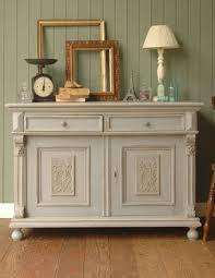 キャビネットはアンティーク調で、部屋を洗練された優雅な雰囲気に!のサムネイル画像