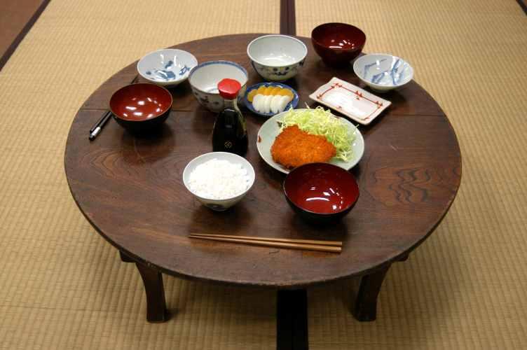 昭和の象徴「ちゃぶ台」!折りたたみ式で現在のリビングでも大活躍のサムネイル画像