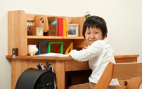 そろそろ入学準備♪ 子供の学習机&椅子は子供の成長に合わせて!のサムネイル画像