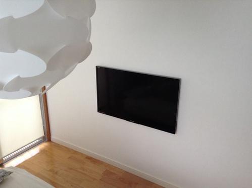 壁掛けテレビの配線をスッキリとするには、テレビの後ろ側に穴を。のサムネイル画像
