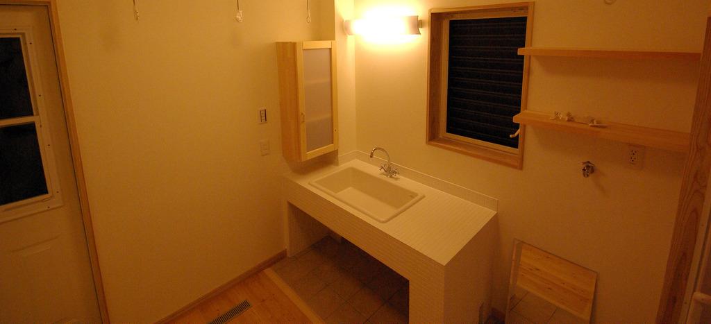 棚を使って洗面所を美しく!洗面所を有効活用できる棚と収納術。のサムネイル画像