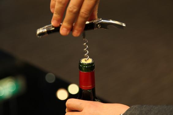 ワインのコルクをスマートに。コルクの開け方を憶えておきましょうのサムネイル画像