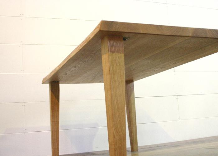 テーブルには、木製の脚や、ステンレス製の脚などがあります。のサムネイル画像