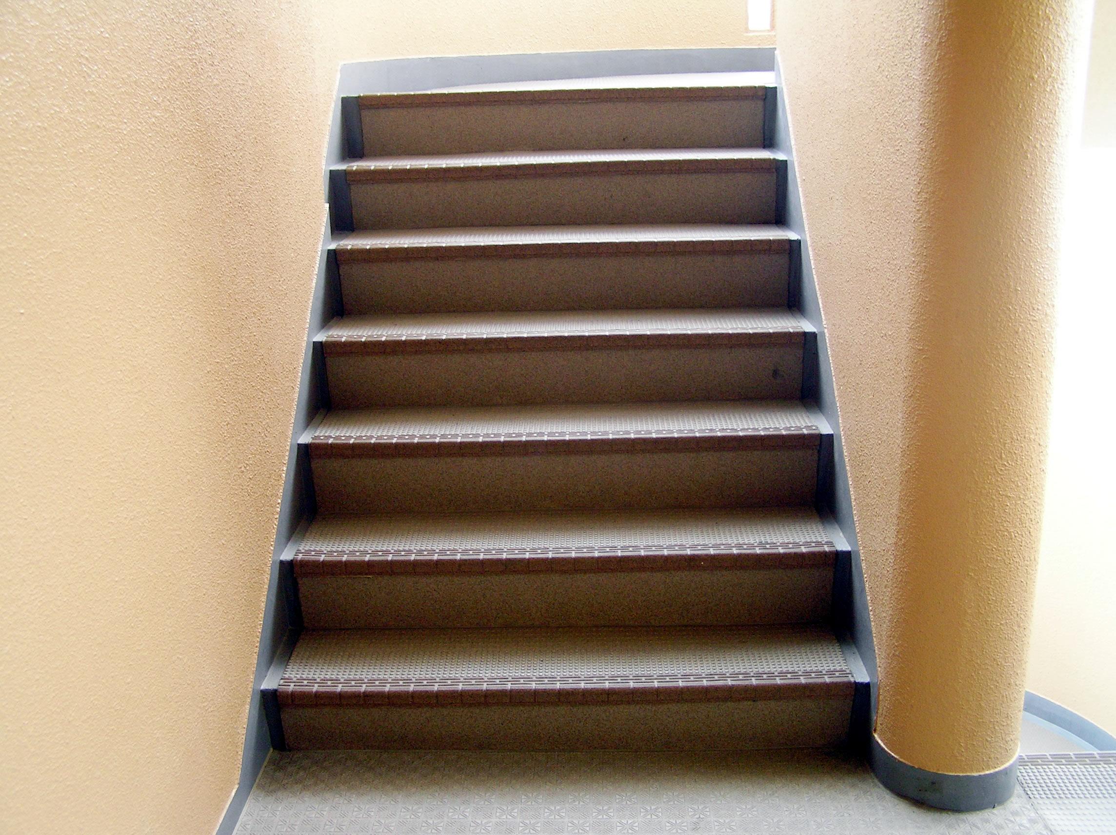 意外と知らない!!階段の寸法って、法律で決められていた!?のサムネイル画像
