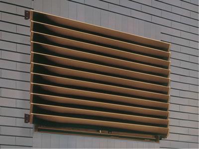 窓やベランダに、ルーバーで目隠しをするとプライバシーが保てます。のサムネイル画像