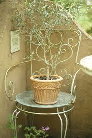 エレガントな花台をご紹介!ベランダに置くならアイアン製がおススメのサムネイル画像