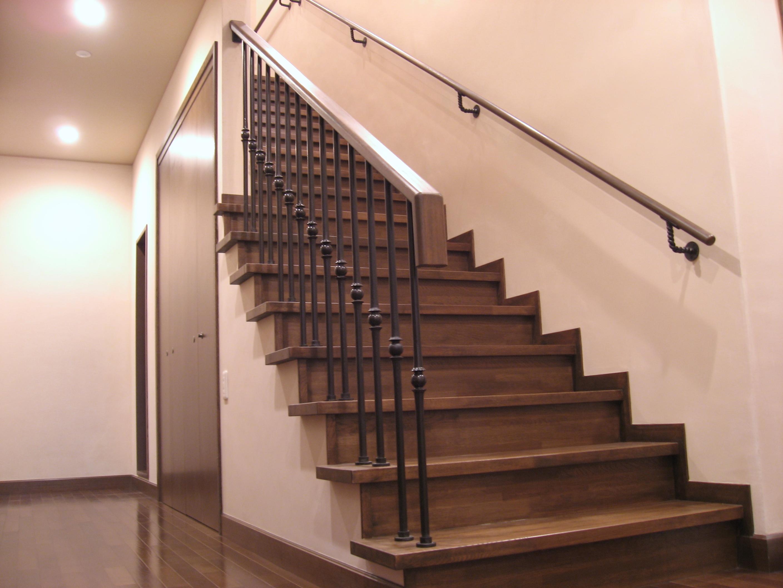 住宅の階段に、手すりをつけて安全に昇降するようにしてください!のサムネイル画像