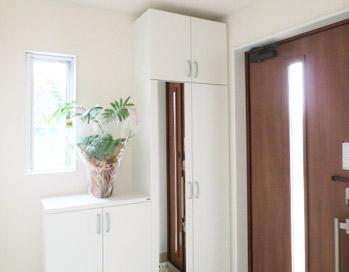 【玄関の窓】窓で採光&通風を確保して運気を呼び込む玄関に!!のサムネイル画像