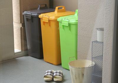 ゴミの溜め置き場に困っているならベランダにゴミ箱を設置しようのサムネイル画像