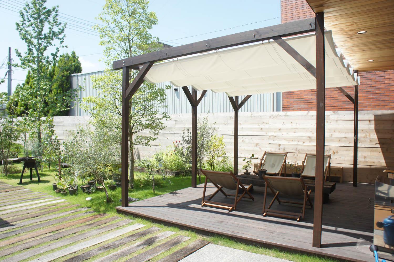 お庭作りの一環で、テラスやデッキを造りたい!費用・方法などのサムネイル画像